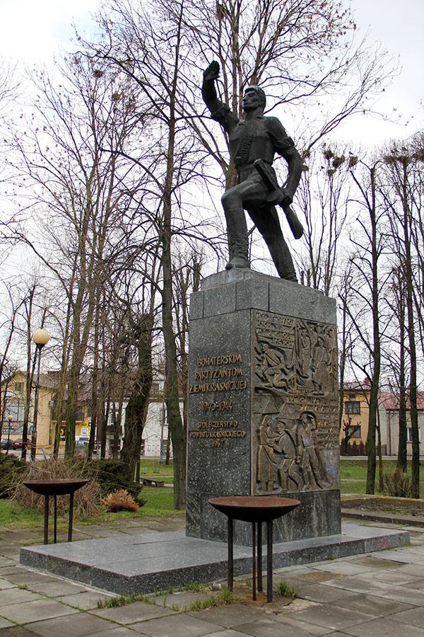 Zdjęcie przedstawia pomnik partyzanta