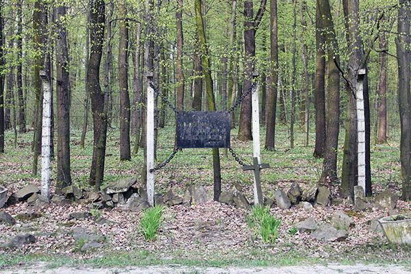 Zdjęcie przedstawia pomnik ofiar obozu koncentracyjnego budzyń