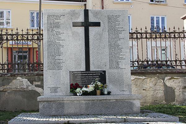 Zdjęcie przedstawia pomnij ofiar drugiej wojny światowej