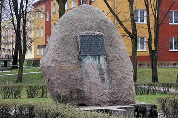 Zdjęcie przedstawia pomnik pomordowanych przez faszystów
