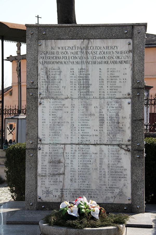 Zdjęcie przedstawia pomnik ku wiecznej pamięci żołnierzy 24 Pułku Ułanów imienia Hetmana Żółkiewskiego poległych na polu chwały w wolce o wolność ojczyzny na pobojowiskach polski, francji, belgii, holandii, i niemiec