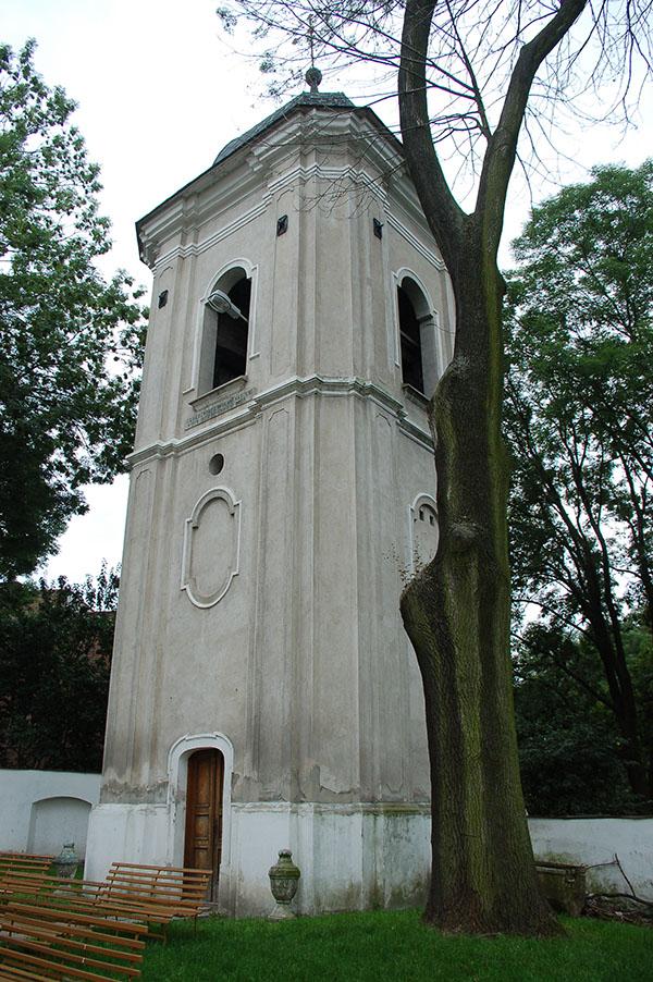 Zdjęcie przedstawia barokową dzwonnicę
