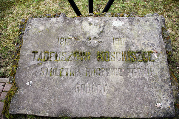 Zdjęcie przedstawia pamiątkowy głaz poświęcony setnej rocznicy śmierci Tadeusza Kościuszki.