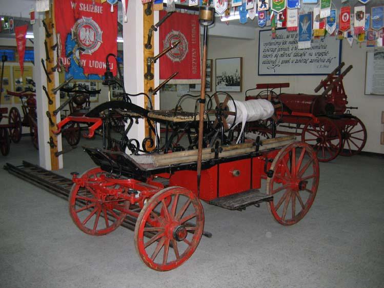 zdjęcie przedstawia stary drewniany wóz strażacki